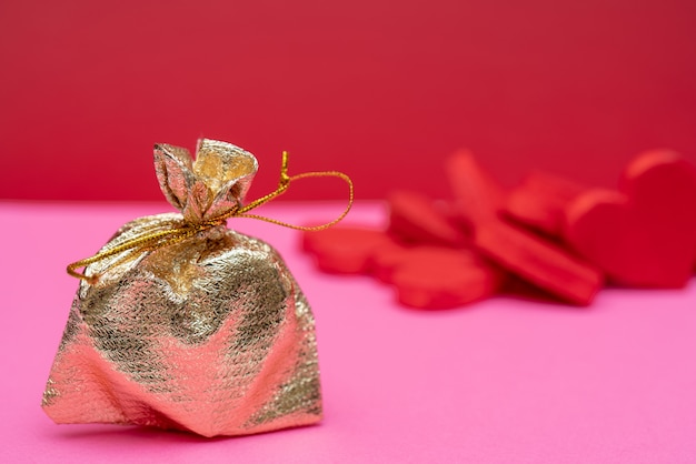Serce w złotej torbie to prezent na walentynki