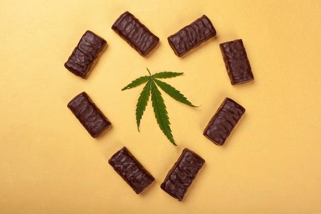 Serce z cukierków i liść konopi, czekoladki z marihuaną.