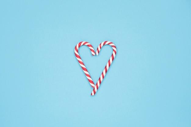 Serce z cukierków lasek na niebieskim tle
