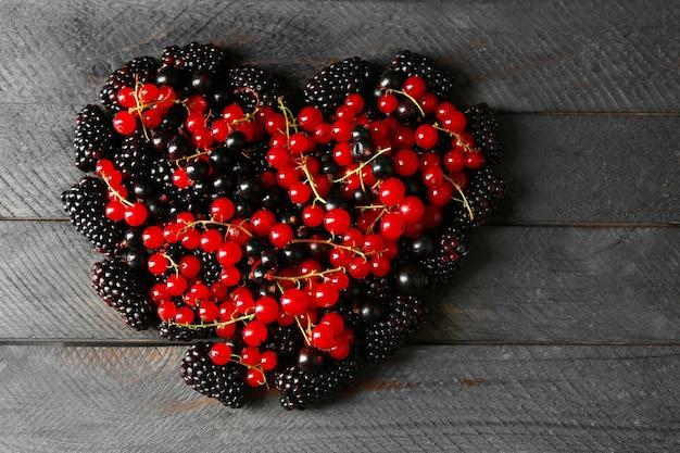 Serce z jagód leśnych na drewnianym stole