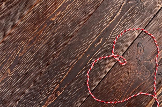 Serce z miękkiej wełnianej nici. kształt serca z nici do dziania i kopiowania miejsca. walentynki pozdrowienie pomysł.