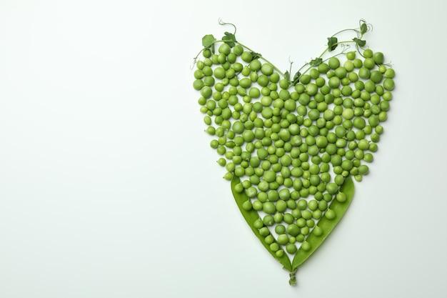 Serce z nasion grochu na białym tle