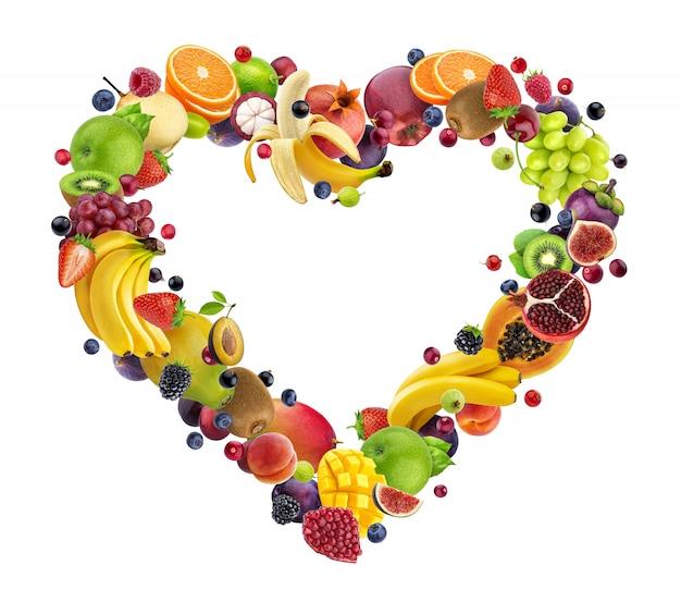 Serce z różnych owoców i jagód na białym tle na białej ścianie