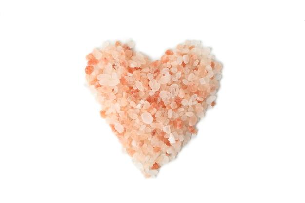 Serce z różowej soli himalajskiej na białym tle