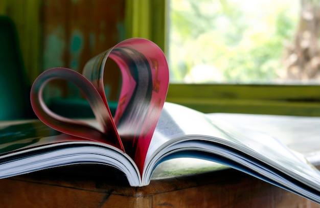 Serce z stron książki w niewyraźne tło