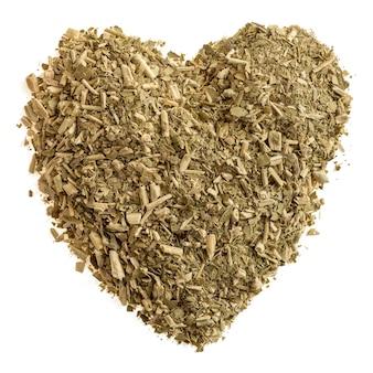 Serce z suchych liści herbaty z mate na białym tle izolować
