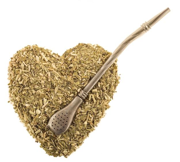 Serce z suchych liści herbaty żelazna mate z bombilla na białym tle izolować