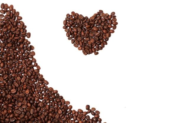 Serce ziaren kawy na białym tle na białym tle róg obramowania miejsce na tekst reklamowy