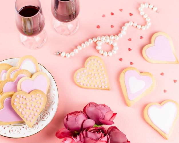 Serduszka, kieliszki i wino na pastelowy róż