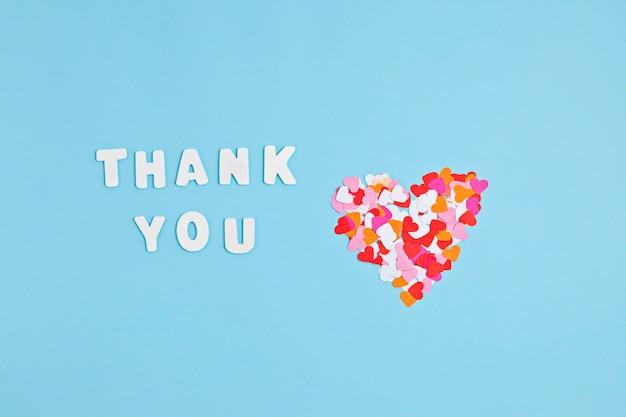 Serduszka konfetti i tekst dziękuję. miłość, wdzięczność, wyrażanie wdzięczności pomysł lekarzom i pielęgniarkom
