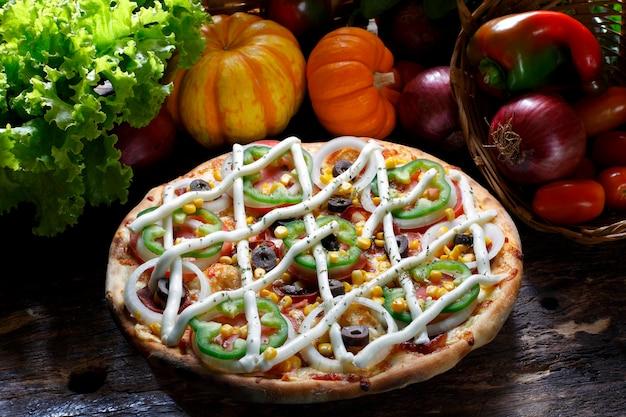 Serek do pizzy, czarne oliwki, pomidory, papryka, cebula i kukurydza.