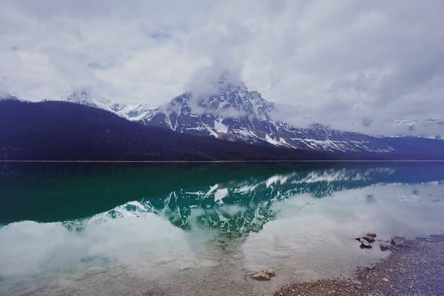 Serenity emerald lake w parku narodowym yoho w kanadzie.