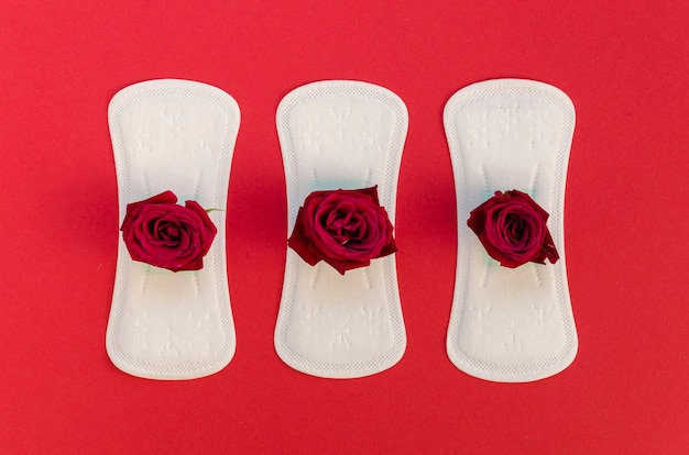 Seria podpasek higienicznych z czerwonymi różami