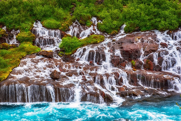 Seria wodospadów hraunfossar utworzonych przez strumyki płynące na odległość około 900 metrów. islandia cel podróży
