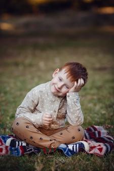 Seria zdjęć rudowłosych dzieci. dziewczyna i chłopak w przyrodzie, zachód słońca, jesień. szczęśliwy czas