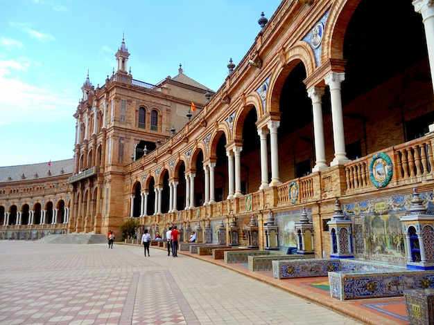 Serie ławki przy fasadą placu de espana kwadrat, seville, hiszpania