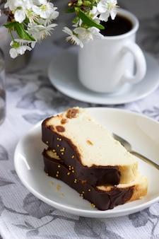Sernik lwowski, tradycyjny ukraiński deser z rodzynkami, polany polewą czekoladową.