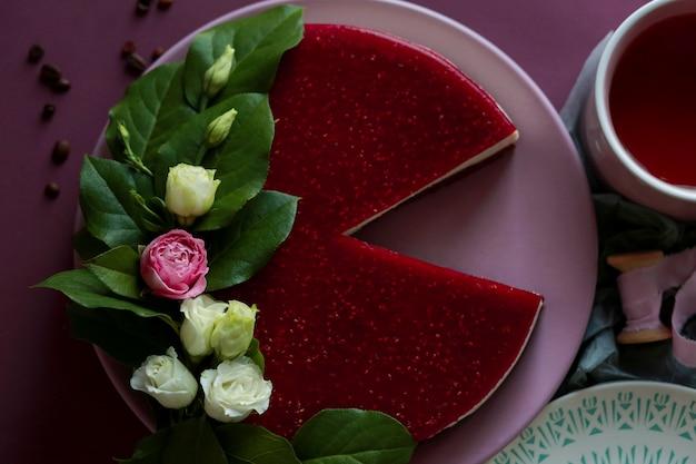 Sernik malinowy z zieloną herbatą