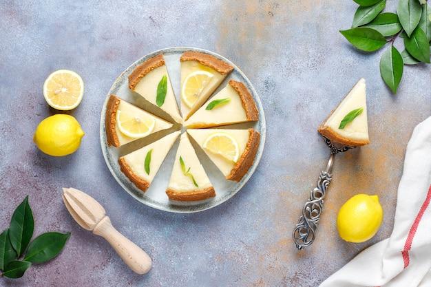 Sernik newyork domowej roboty z cytryną i miętą, zdrowy deser organiczny, widok z góry