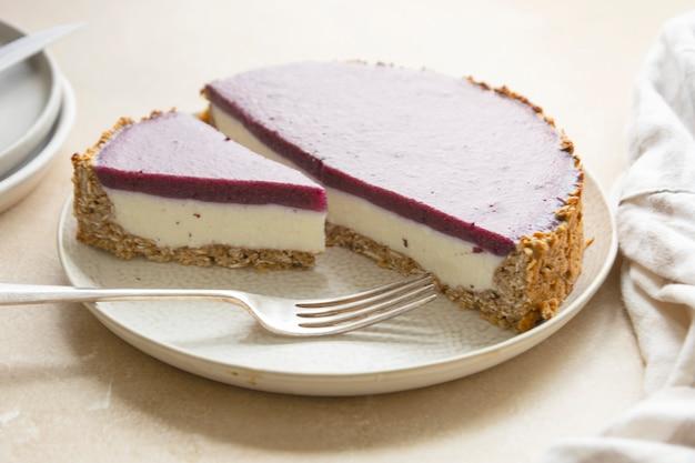 Sernik w całości z jagodami i zieloną miętą. bezglutenowe i bezcukrowe wegańskie, zdrowe ciasto.