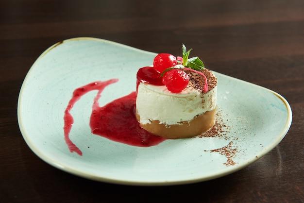 Sernik wiśniowy serwowany w kawiarni