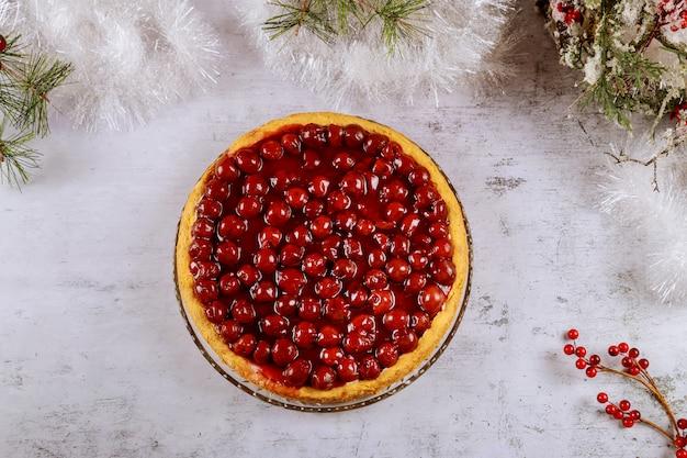 Sernik wiśniowy z jagodami na wierzchu z dekoracją cristmas