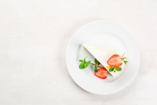 Sernik z miętą i truskawkami