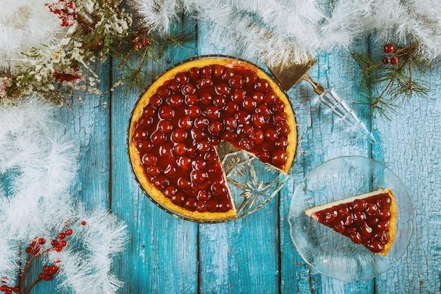 Sernik z polewą wiśniową i świąteczną dekoracją