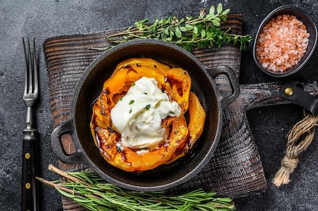 Serowa mozzarella burrata i sałatka z pieczonej dyni