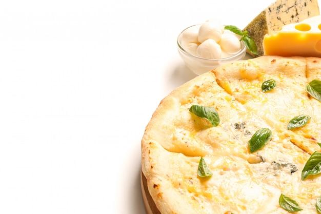 Serowa pizza i składniki odizolowywający na białym tle