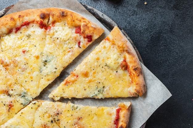 Serowa pizza kilka rodzajów sera fast food i inne porcje składników