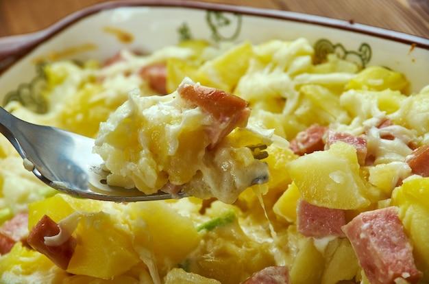Serowa zapiekanka ziemniaczana śniadaniowa łagodna kiełbasa włoska, z bliska