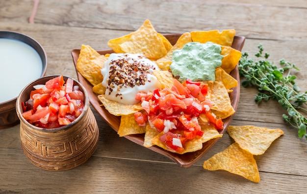 Serowe nachos z różnymi rodzajami sosów