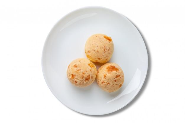 Serowi chleby na talerzu odizolowywającym na białym tle. widok z góry.