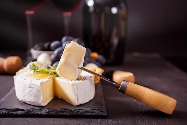 Serowy camembert brie na desce z kieliszkami wina