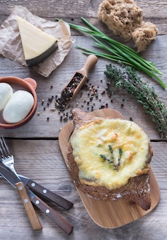 Serowy faszerowany chleb