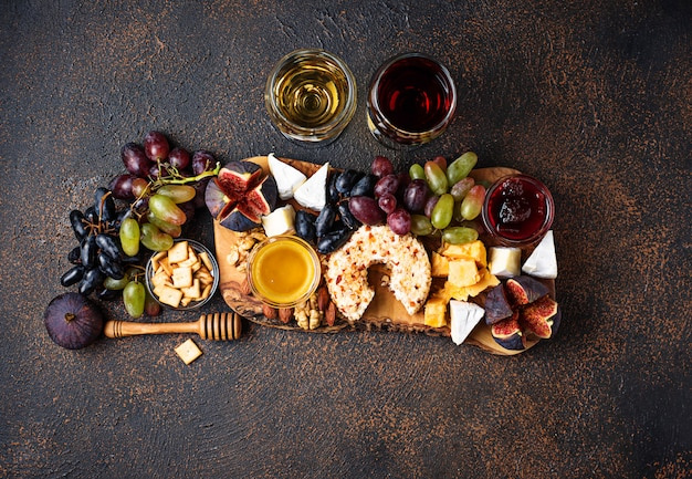 Serowy talerz z winogronami i winem