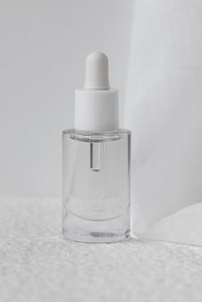 Serum do paznokci z przezroczystą butelką