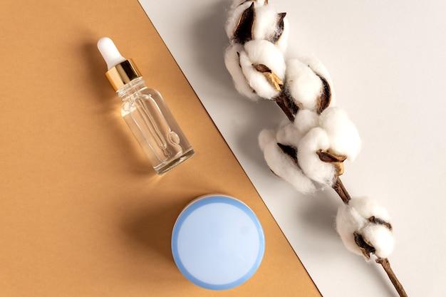 Serum kolagenowe do twarzy w przezroczystej szklanej buteleczce ze złotą pipetą