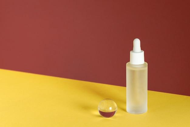 Serum przeciwstarzeniowe z kolagenem i peptydami, reklama produktu. makieta oleju z kwasu hialuronowego.