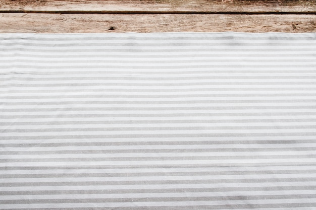 Serwetka kuchenna na drewnianym stole