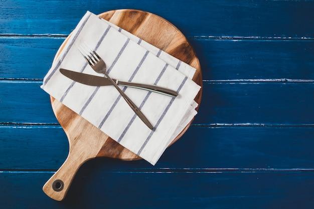 Serwetka w kratkę na stole niebieski