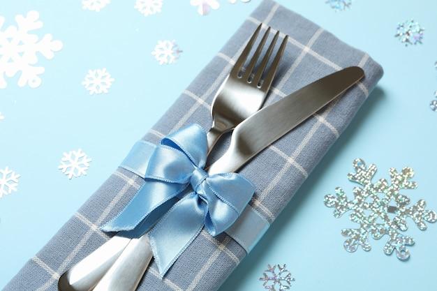Serwetka ze sztućcami nowego roku na niebieskim tle z płatki śniegu