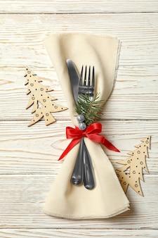 Serwetka ze sztućcami noworocznymi na drewnianym