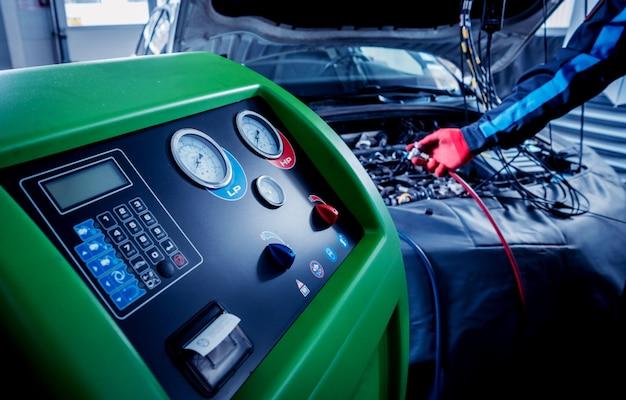 Serwis klimatyzacji samochodowej. stacja serwisowa.