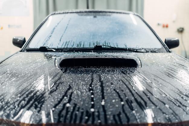 Serwis myjni, samochód pokryty pianą