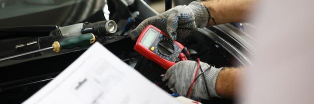 Serwis samochodu testowego, przy użyciu specjalnego wyposażenia