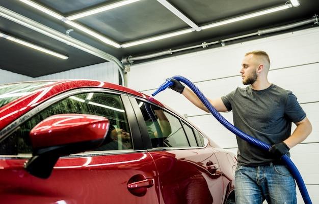 Serwisant dokonuje automatycznego suszenia auta po umyciu.