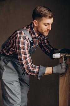Serwisant dostosowujący system ogrzewania domu