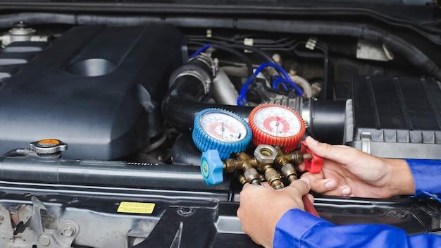 Serwisowy przegląd klimatyzacji samochodowej, wykrywanie nieszczelności, uzupełnianie czynnika chłodniczego.urządzenie i licznik chłodzenia cieczą w samochodzie przez wyspecjalizowanych techników.